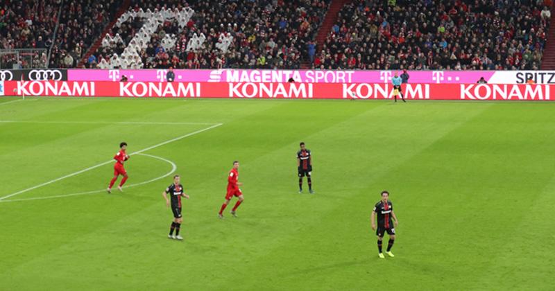 Als Premium-Partner des FC Bayern München wirbt Konami auf den Werbebanden in der Allianz-Arena.