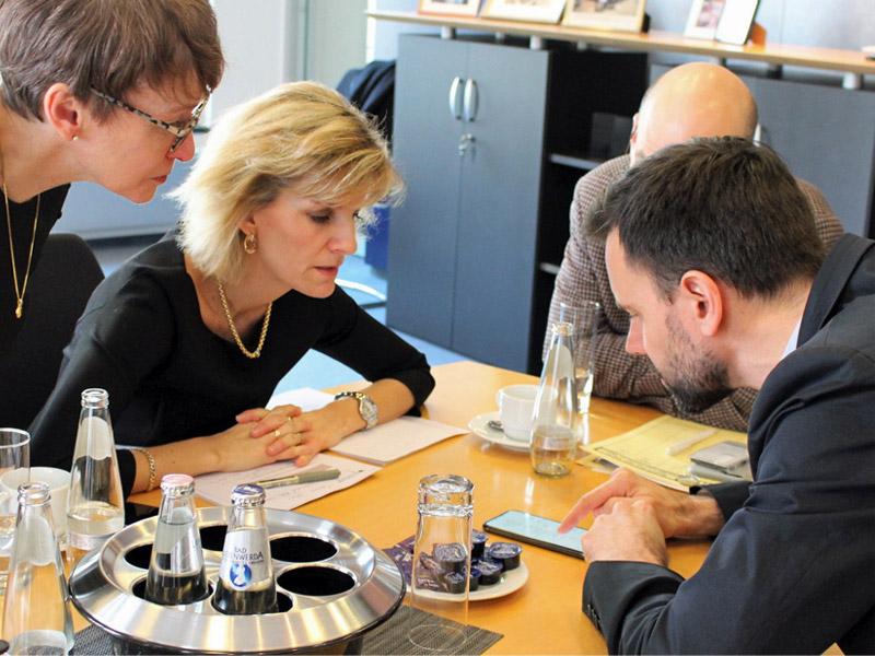 Die Drogenbeauftragte im Gespräch mit Game-Geschäftsführer Felix Falk (Foto: Büro Daniela Ludwig)