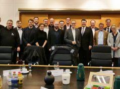 Berlins Regierender Bürgermeister Michael Müller (SPD, 10 v. r.) mit den Teilnehmern des Runden Tisches zum Thema eSport (Foto: Berliner Senatskanzlei / Konstantin Schiller)