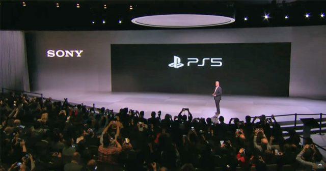 Szene aus der Sony-Pressekonferenz auf der CES 2020: Jim Ryan präsentiert das offizielle PlayStation-5-Logo (Abbildung: Sony)