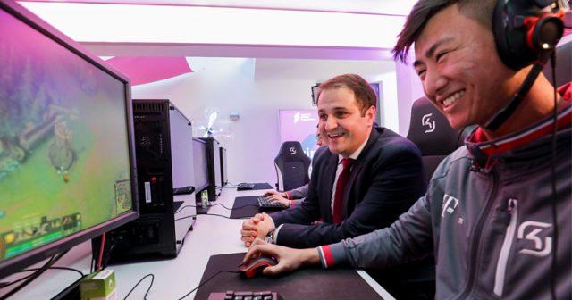 Staatskanzlei-Chef Nathanael Liminski (CDU) zu Gast bei SK Gaming (Foto: Land NRW / U. Wagner)