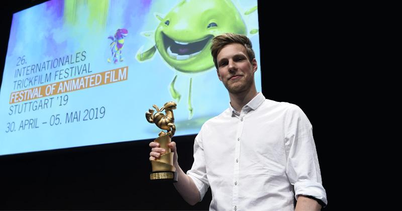 "Animated Games Award Germany 2019: Lead Artist Hans Böhme holt sich die Trophäe für ""Trüberbrook"" ab (Foto: ITFS / Reiner Pfisterer)"