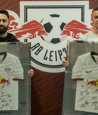 """Zum Abschied ein unterschriebenes Trikot: RB Leipzig verabschiedet die """"FIFA""""-Profis Cihan Yasarlar und Alex Czaplok (Foto: RB Leipzig)"""