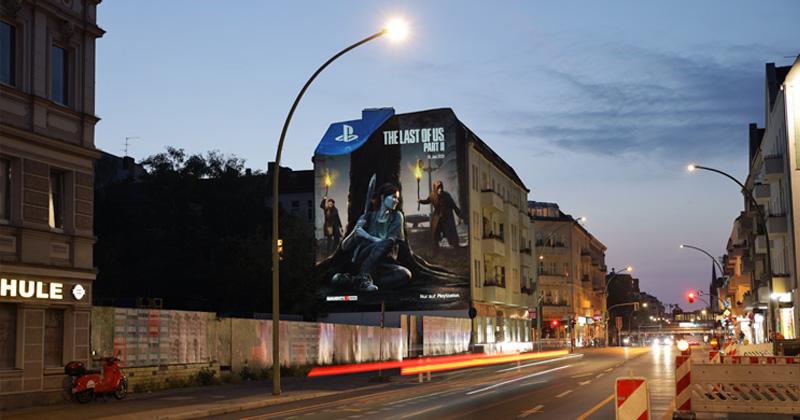 """Auch am Abend und bei Nacht ein Hingucker: das """"The Last of Us 2""""-Artwork mitten in Berlin (Foto: SIE)"""