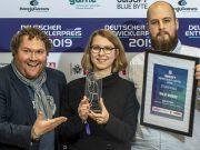 Ubisoft-Sprecher Karsten Lehmann mit Gewinnern des Ubisoft Newcomer Award 2019 (Foto: Ubisoft / Marco Leibetseder)