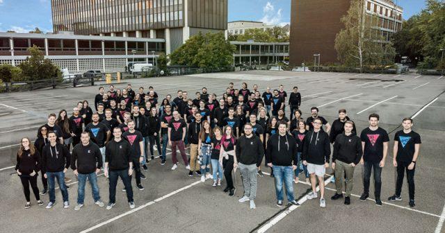 Die Mitarbeiter von Kolibri Games vor dem Postbank-Tower in Berlin (Foto: Kolibri Games)