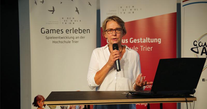 Gamedesign-Professorin Linda Breitlauch bei ihrer Begrüßung zum Health Game Jam 2020 (Foto: Anne Wiedau)
