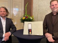 Staatssekretär Christian Rickerts (links) mit Ingo Horn bei der Verleihung des Bundesverdienstkreuzes im Roten Rathaus (Foto: Letsplay4Charity)