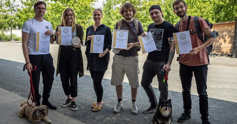 """Das Berliner Tierheim würdigt das Team von Loot für die Welt mit der """"Ehrenpfote""""."""