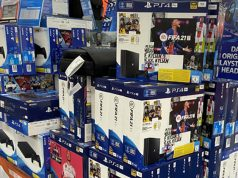PS4 eingestellt? Noch stapeln sich Slim- und Pro-Bundles bei den Händlern.
