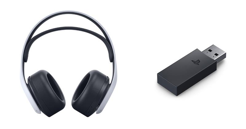 Der mitgelieferte USB-Dongle (rechts) organisiert die drahtlose Verbindung zwischen Konsole und Headset (Abbildung: Sony Interactive)
