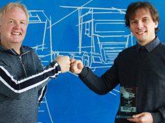 Autobahnpolizei Simulator 2 für PS4: Winfried Diekmann (Aerosoft) und Andreas Heldt (Z-Software) feiern 100.000 Stück (Foto: Aerosoft)