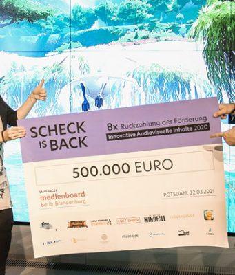 Scheck is back: Förderreferentin Jenni Wergin und Medienboard-Geschäftsführer Helge Jürgens (Foto: Medienboard Berlin-Brandenburg)
