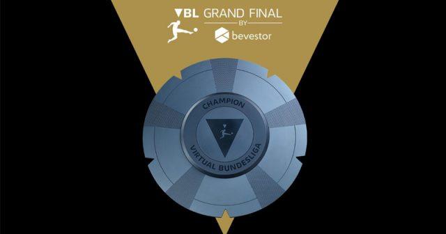 Der Deutsche Meister in der Disziplin FIFA 21 erhält die Meisterschale der Virtual Bundesliga (Abbildung: DFL / EA)