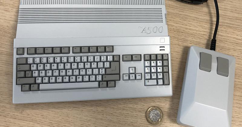 The A500 Mini: Die Euro-Münze lässt die Abmessungen des Mini-Amigas erahnen (Abbildung: Koch Media)