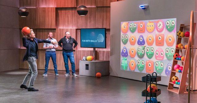 Nico Rosberg testet die 3D-Spielkonsole Lymb.io vor den Augen der Gründer Markos Kern und Ben Piltz (von links nach rechts - Foto: RTL / Bernd-Michael Maurer)